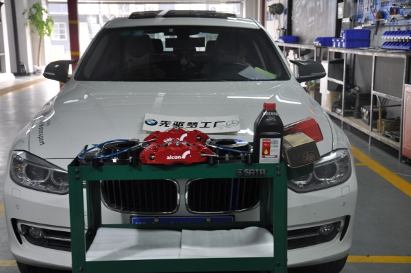 武汉宝马改装 宝马3系换卡钳、后刹车片、博士刹车油